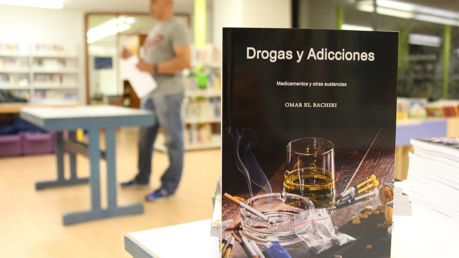 Imatge del llibre 'Drogas y adicciones' de l'escriptor i psicòleg Omar El Bachiri. / M. P. (ANA)