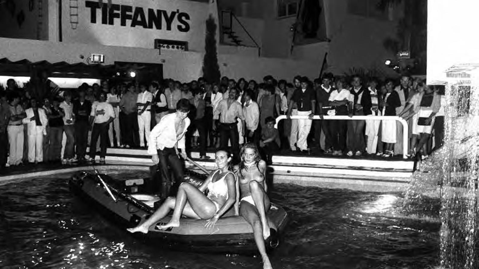 Una festa aquàtica a Tiffany's l'estiu del 1981. Tot i que no sembla que gaire gent s'atrevís a banyar-se, una valenta, sobre una petita llanxa, feia topless.