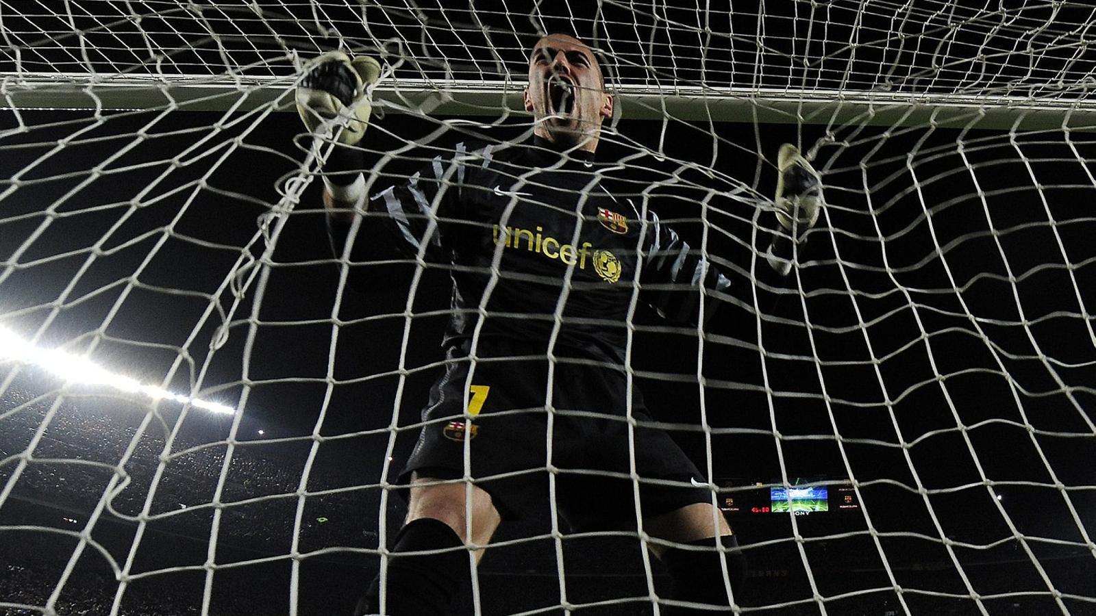Víctor Valdés celebrant un gol del Barça contra l'Arsenal en un partit jugat al Camp Nou l'any 2011.