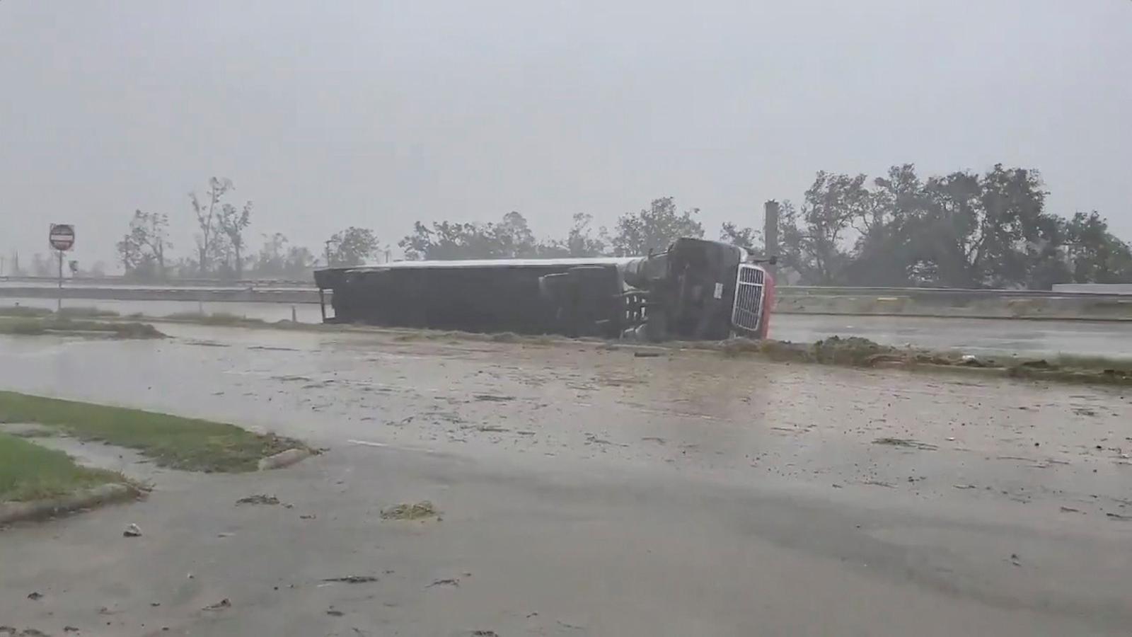 Un camió bolcat a causa de les fortes ventades a Lake Charles, Louisiana