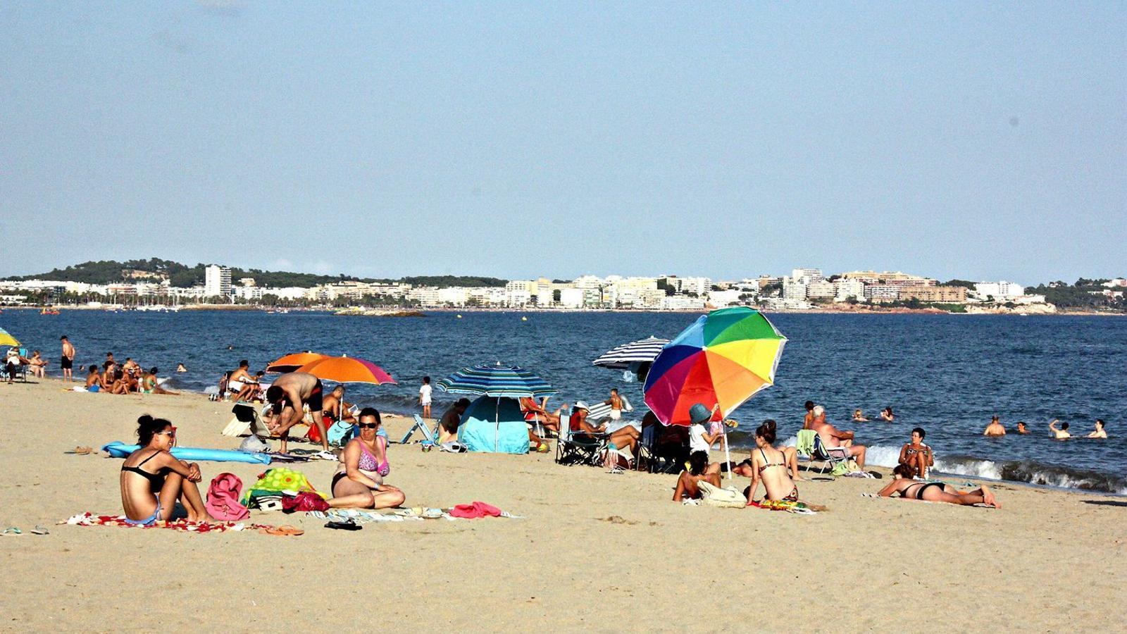 Diversos banyistes gaudint de la platja de Vilafortuny a Cambrils, municipi on també s'ha notat la caiguda del turisme rus.