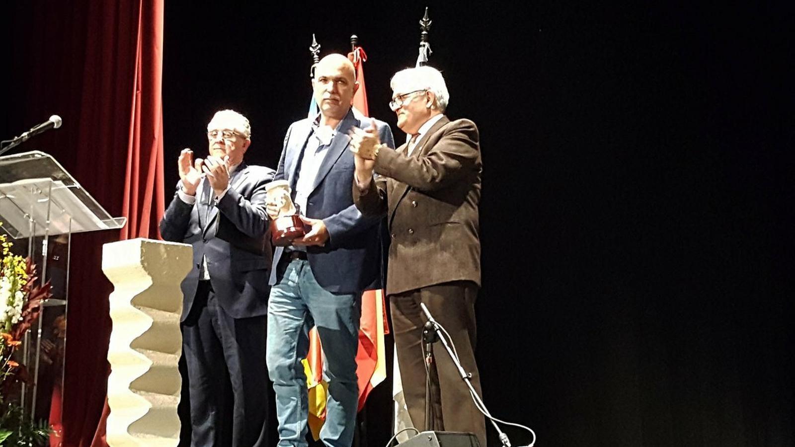 Vicent Josep Escartí en el moment de rebre el Premi Enric Valor de Novel·la 2018 per 'El mas de les ànimes'