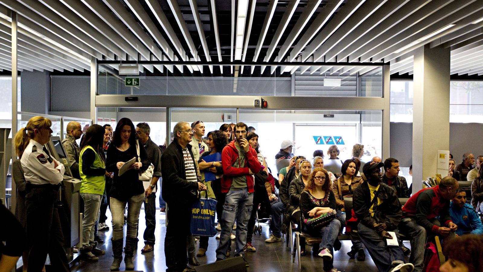 L 39 atur registrat espanyol supera per primera vegada els for Oficina treball barcelona
