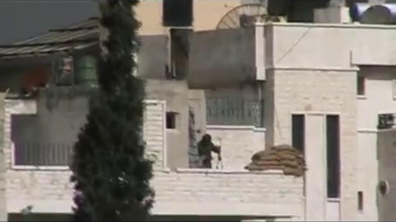 Un franctirador als carrers d'Alep