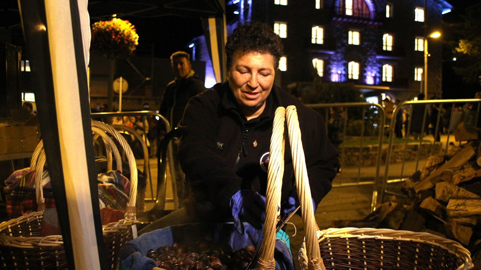 La preparació de les castanyes, aquesta tarda a la plaça dels Arínsols. / M. F. (ANA)