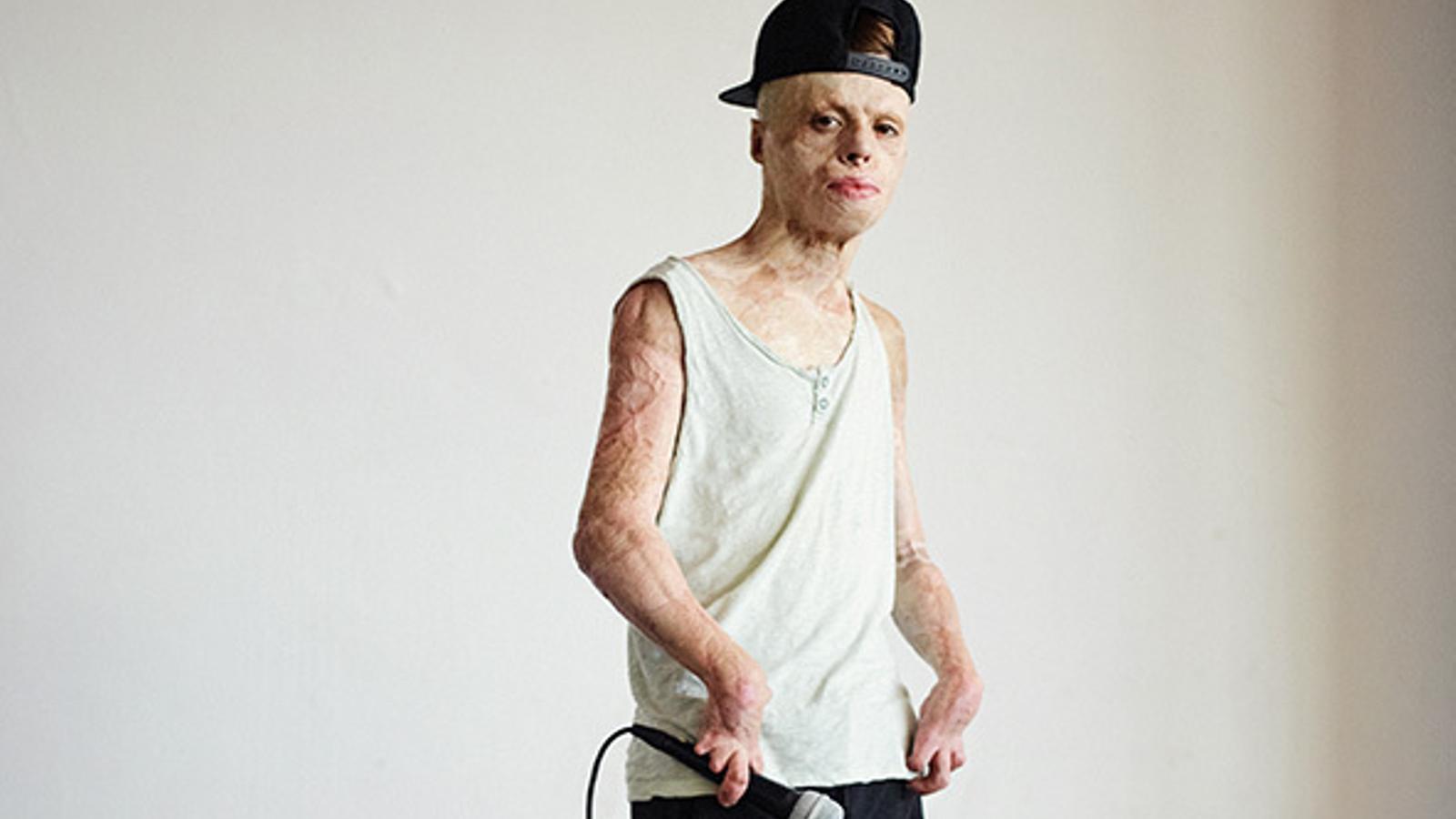 Aleixo Paz, 20 anys, amb el micròfon a la mà. Al jove li encanta el rap i sovint fa batalles de galls amb els seus amics.