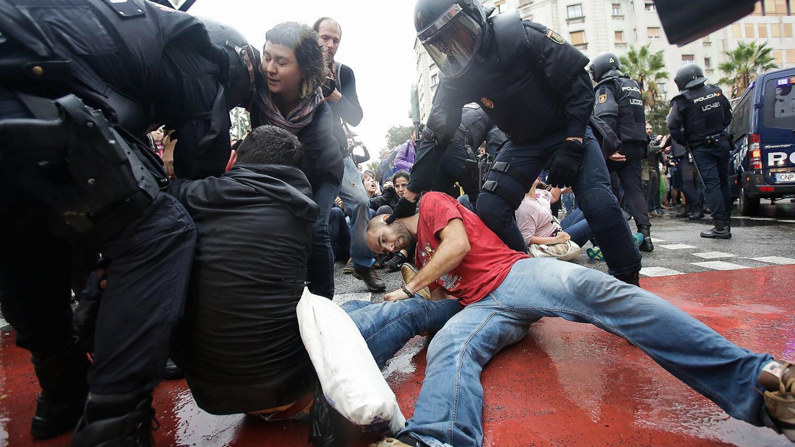 Cent policies investigats per les càrregues de l'1-O
