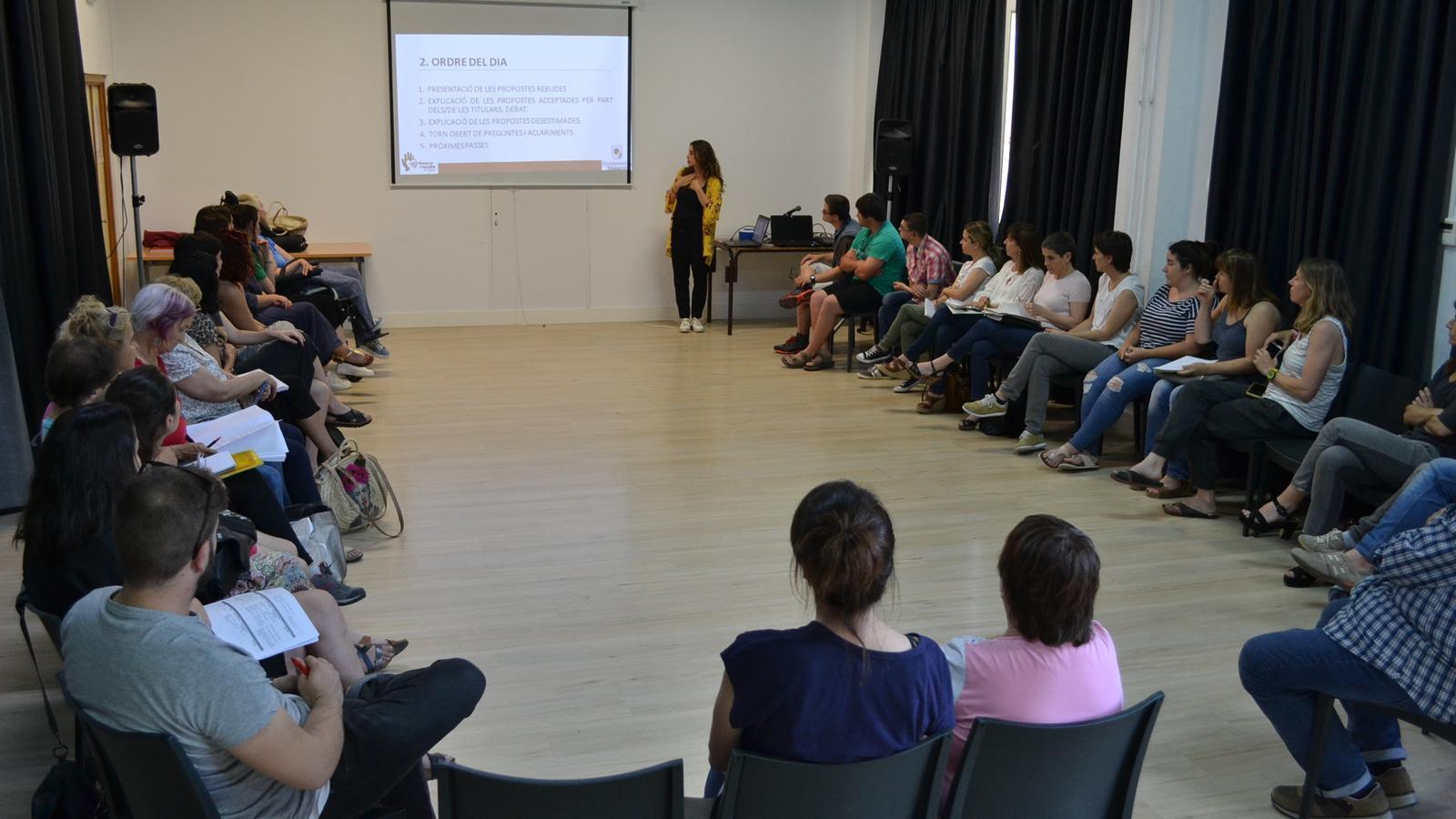 Assemblea ciutadana debatent sobre el projectes proposats per a la ciutat de Manacor.
