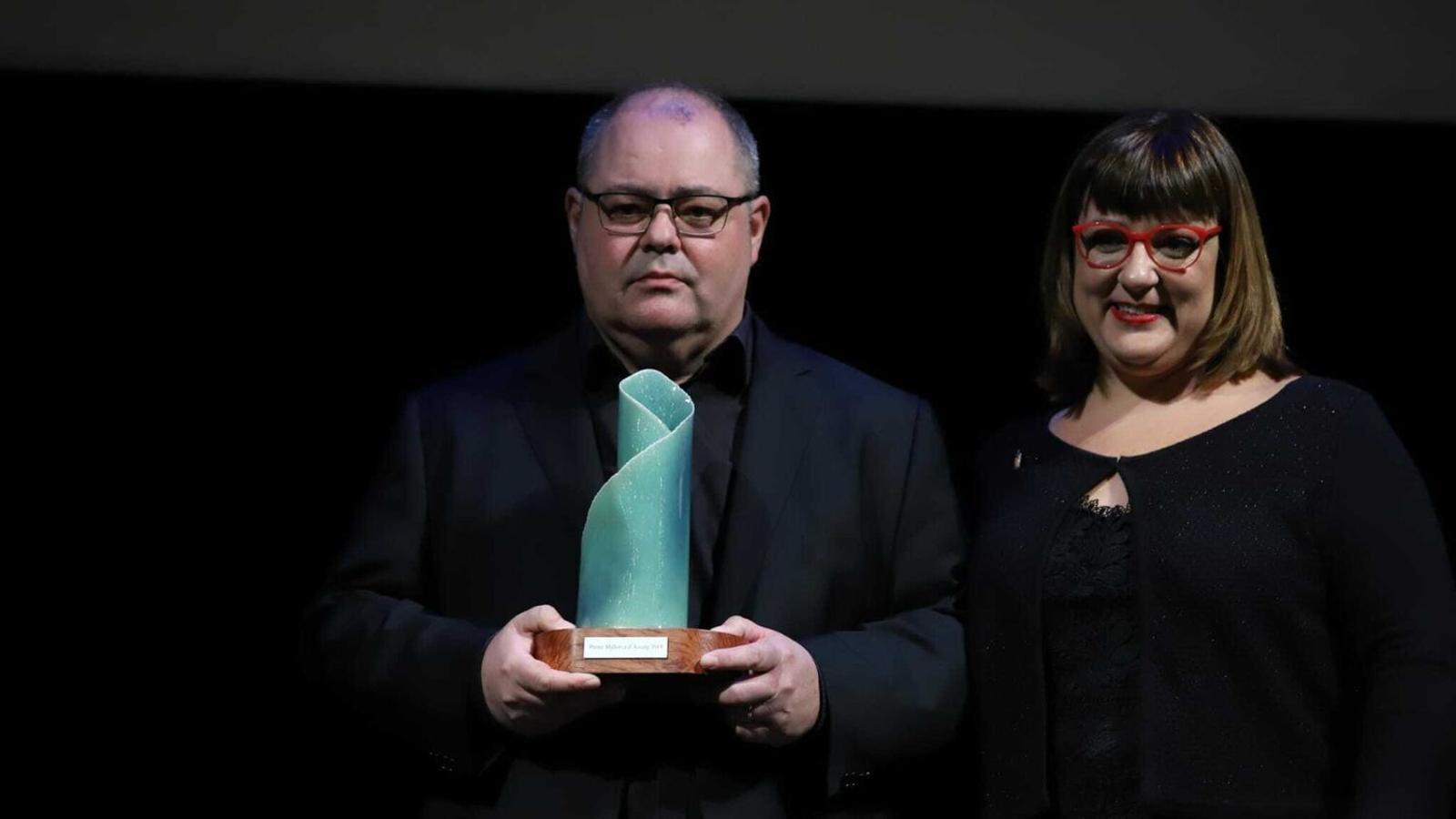 Antoni Mas recollint el premi Mallorca de Creació Literària de la mà de la consellera insular de cultura, Bel Busquets.
