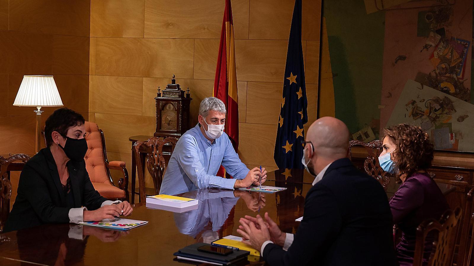 El diputat de Bildu Oskar Matute reunit amb la ministra María Jesús Montero.