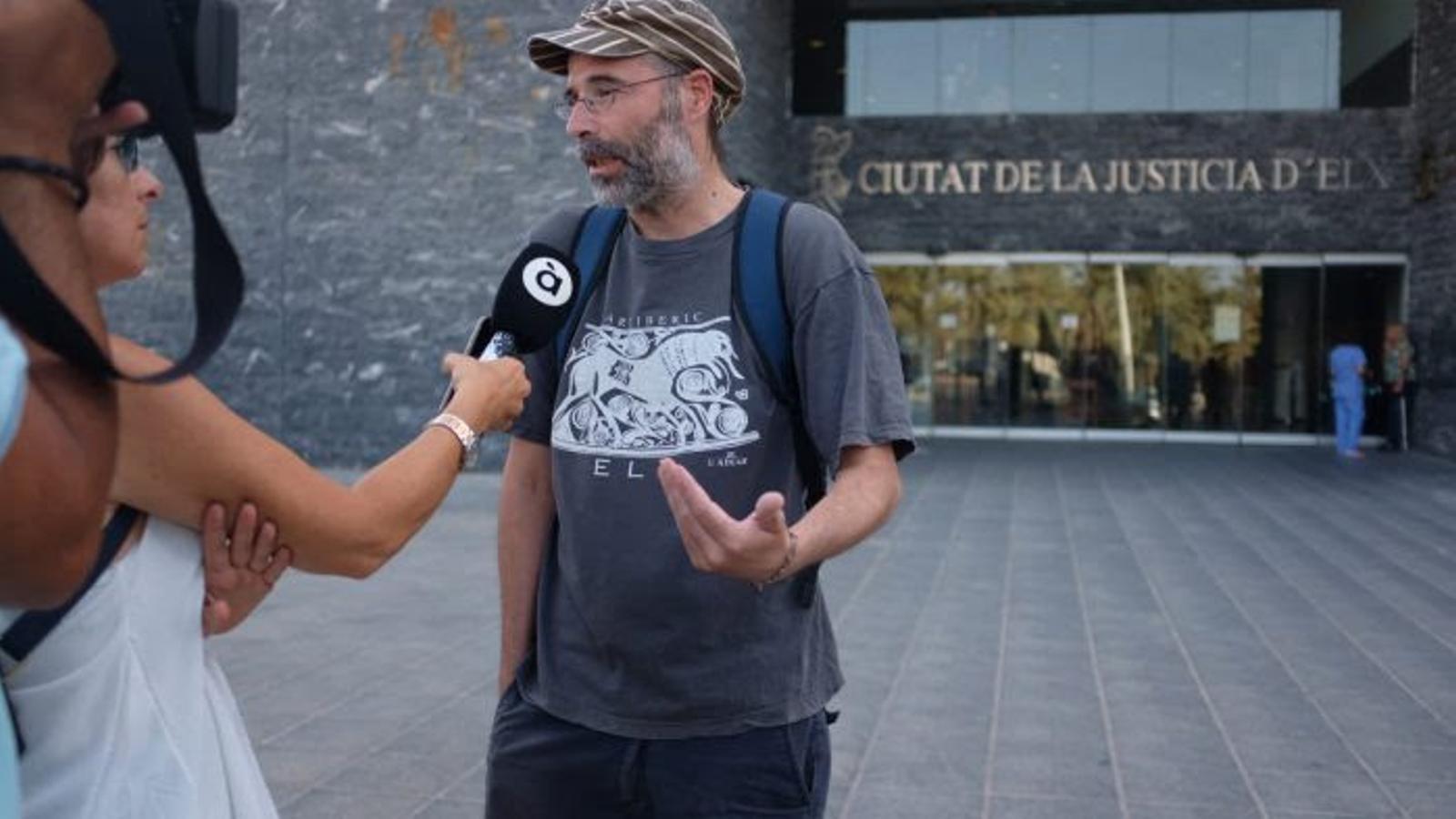 """Denuncien que la Policia Nacional va detenir un home a Elx per """"adreçar-se en valenciàals agents"""""""