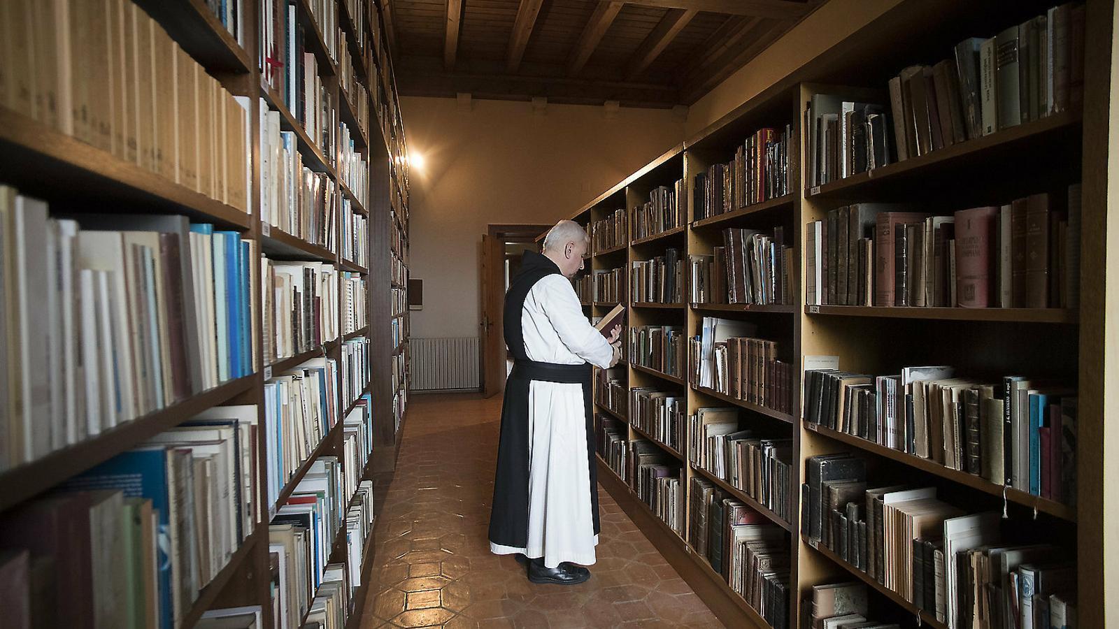 Un monjo en un dels espais on es guarden alguns dels 150.000 llibres que hi ha a Poblet. Abans eren dependències de l'Arxiu Tarradellas.