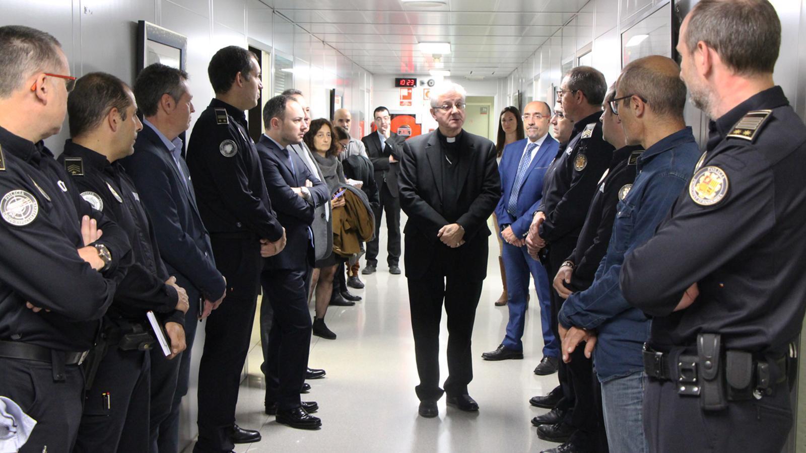 L'arquebisbe d'Urgell i copríncep episcopal, Joan-Enric Vives, amb els caps dels diferents departaments policials aquest dimarts. / M. P. (ANA)