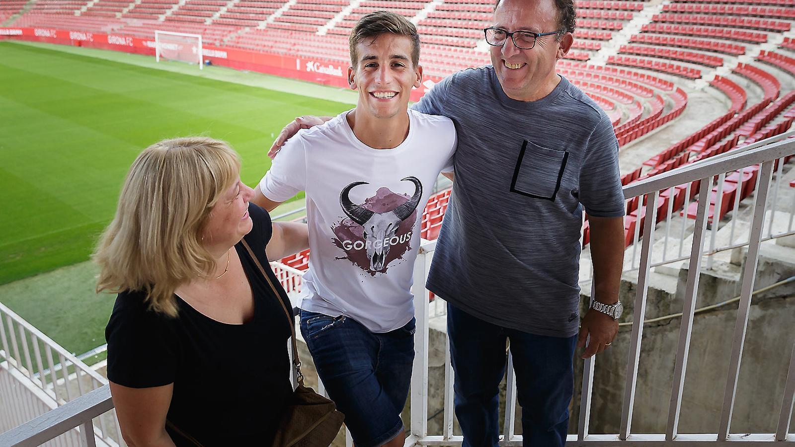 Pere Pons, jugador del Girona, amb Consol Riera i Pere Pons, els seus pares.