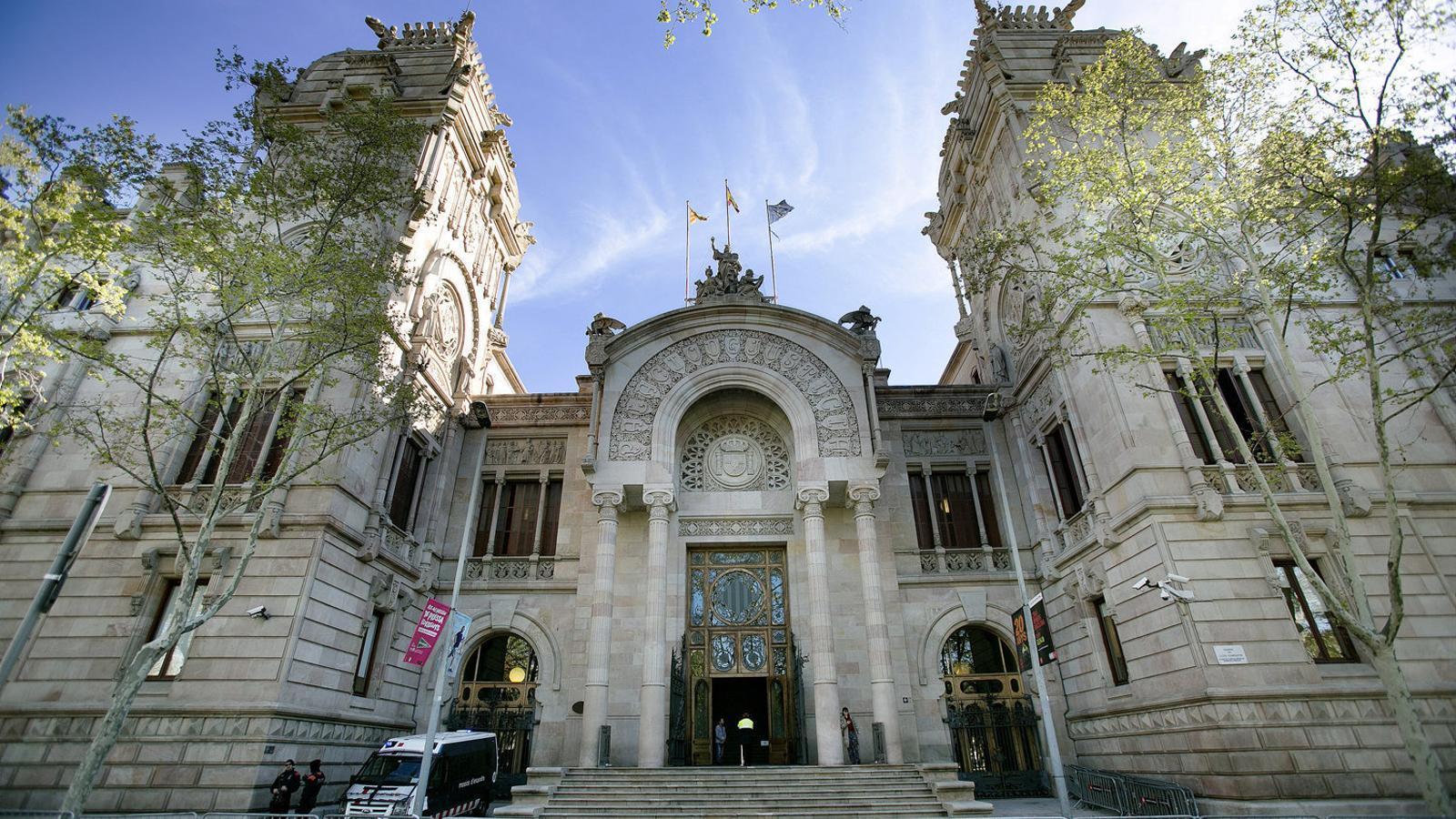 La façana de la seu de l'Audiència de Barcelona, on es jutjarà per segon cop el cas del terapeuta acusat d'agressió sexual a pacients.