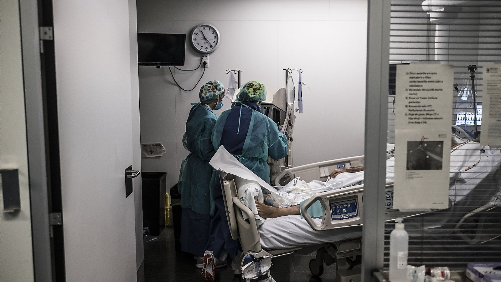 Professionals de l'Hospital Sant Pau de Barcelona atenent un malalt greu de covid-19.