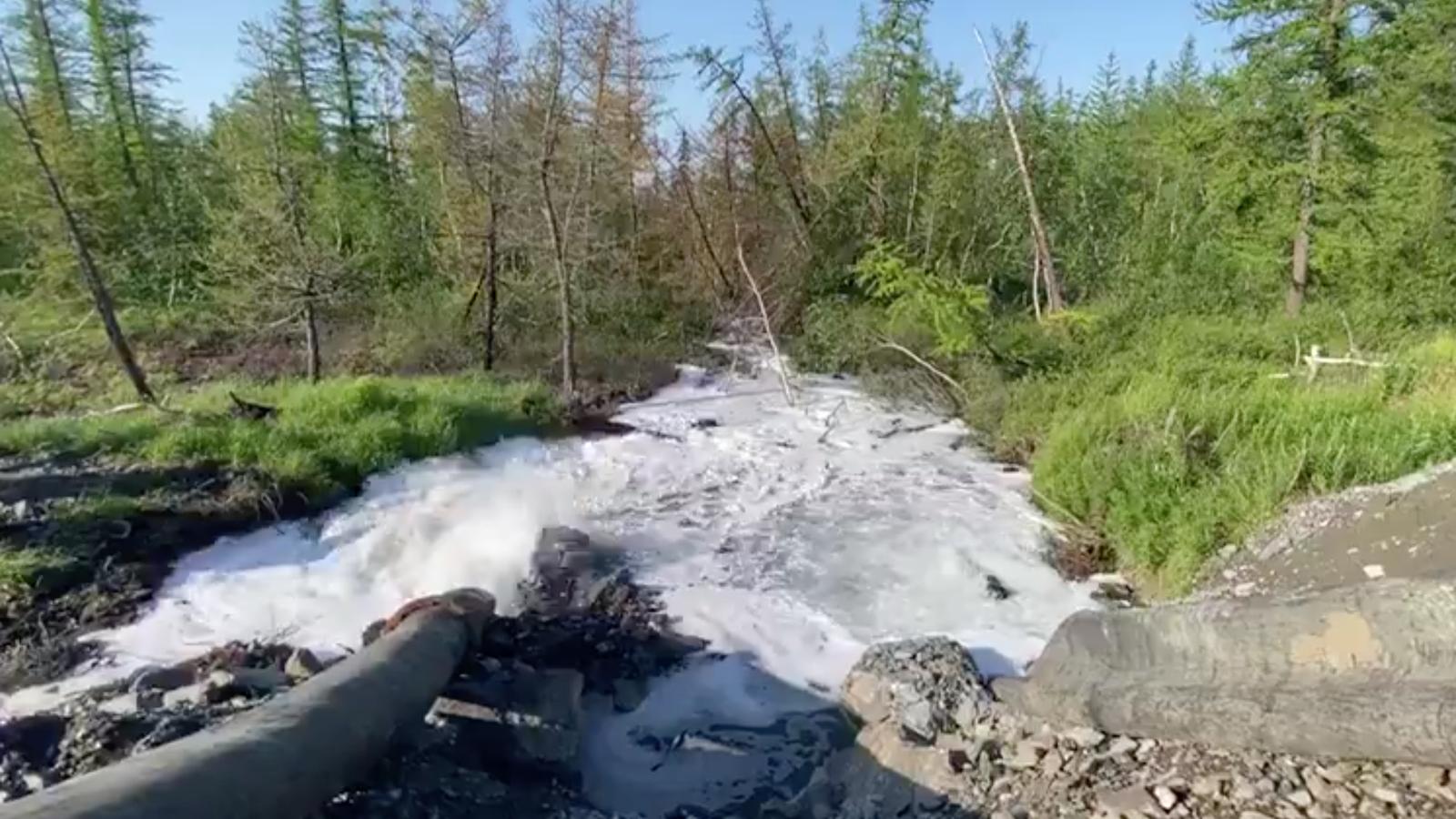 Imatge del vídeo gravat per Novaya Gazeta del vessament a la tundra russa.