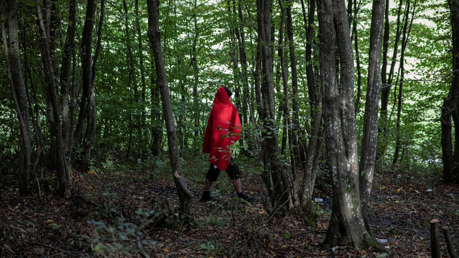 Un migrant de Bangla Desh camina pels boscos prop de Velika Kladusa, Bòsnia i Hercegovina, on s0han establert centenar  de campaments improvisats