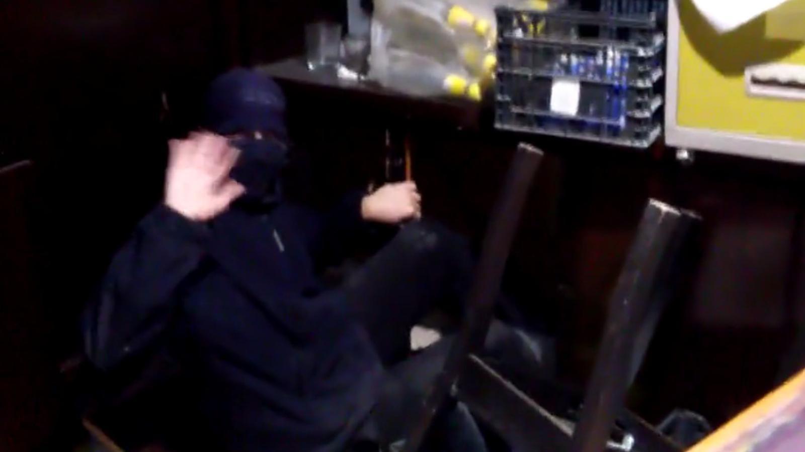 Els okupes del Banc Expropieat anuncien que han burlat els Mossos i continuen a dins