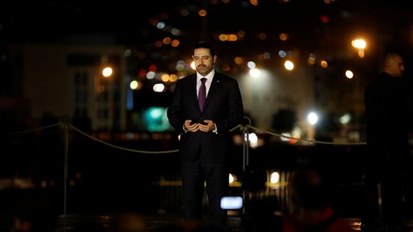 Hariri prega davant de la tomba del seu pare, el primer ministre assssinat Rafik Hariri, a la seva arribada a Beirut.