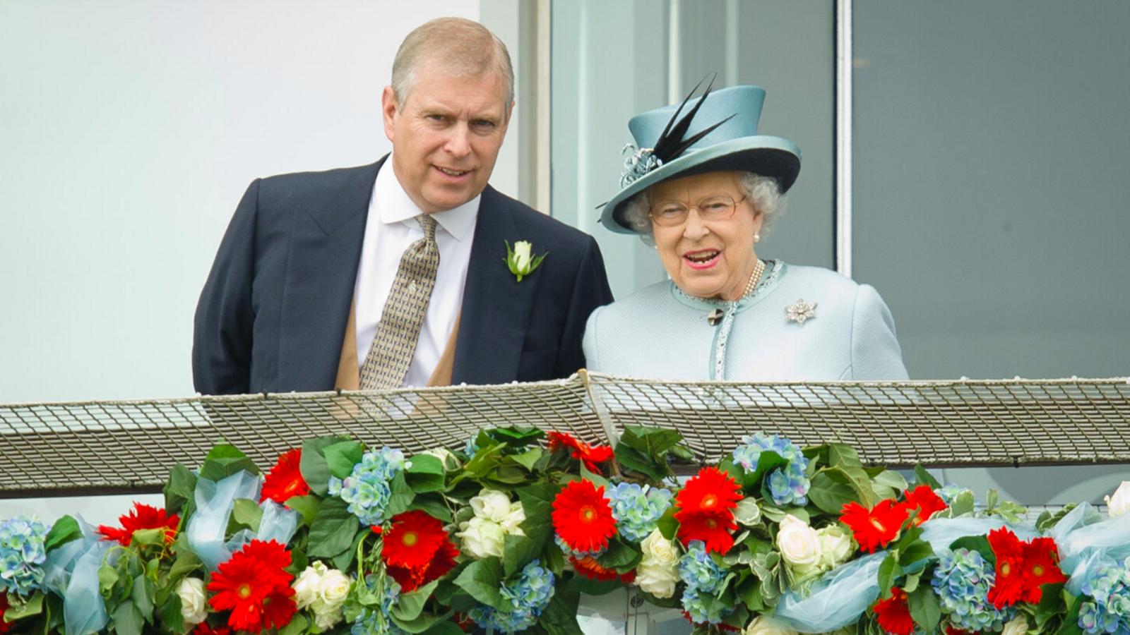 El príncep Andreu i la reina d'Anglaterra, Elisabet II, en una imatge d'arxiu del 2013