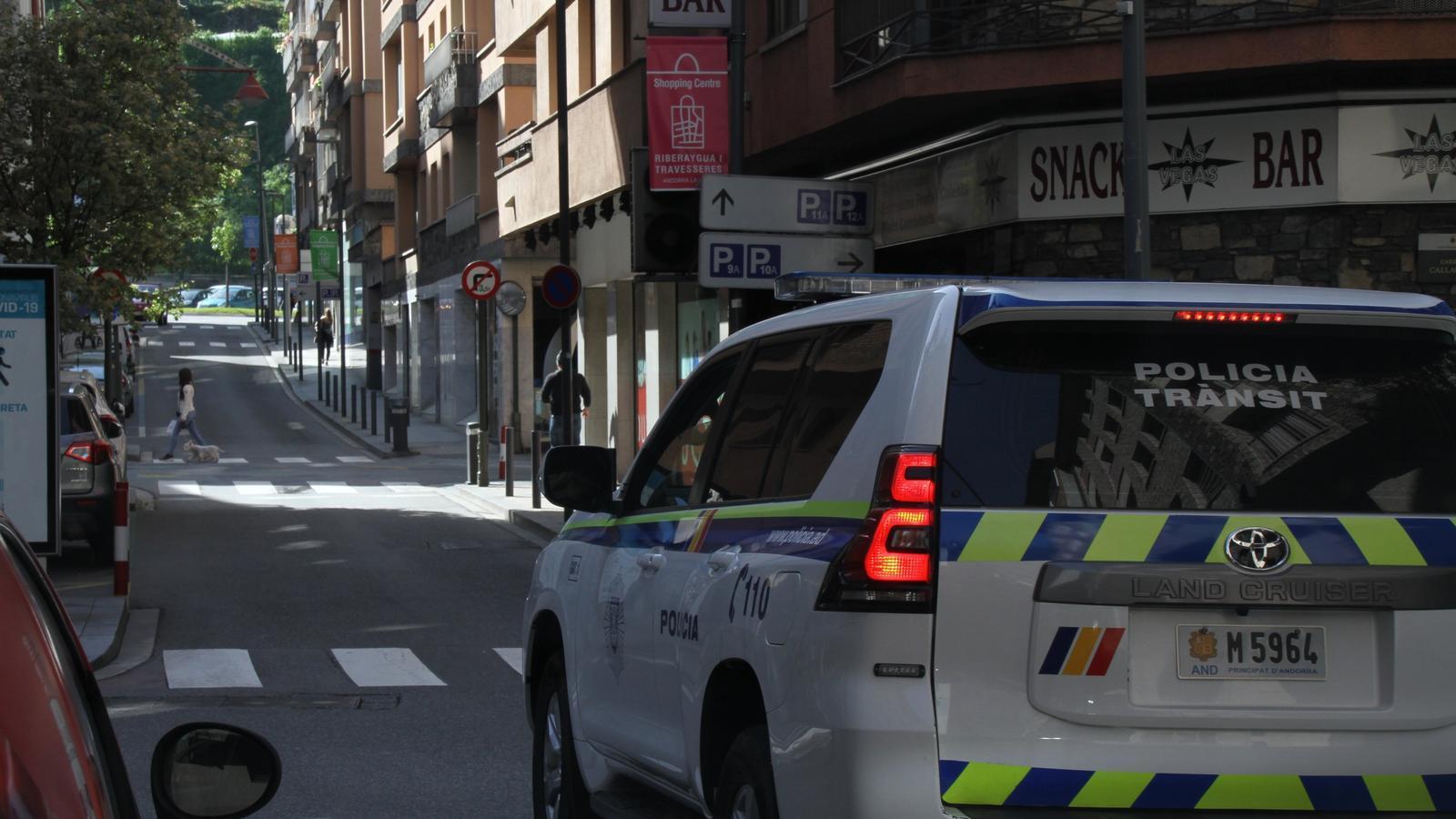 Un cotxe policial al centre de la capital. / POLICIA D'ANDORRA