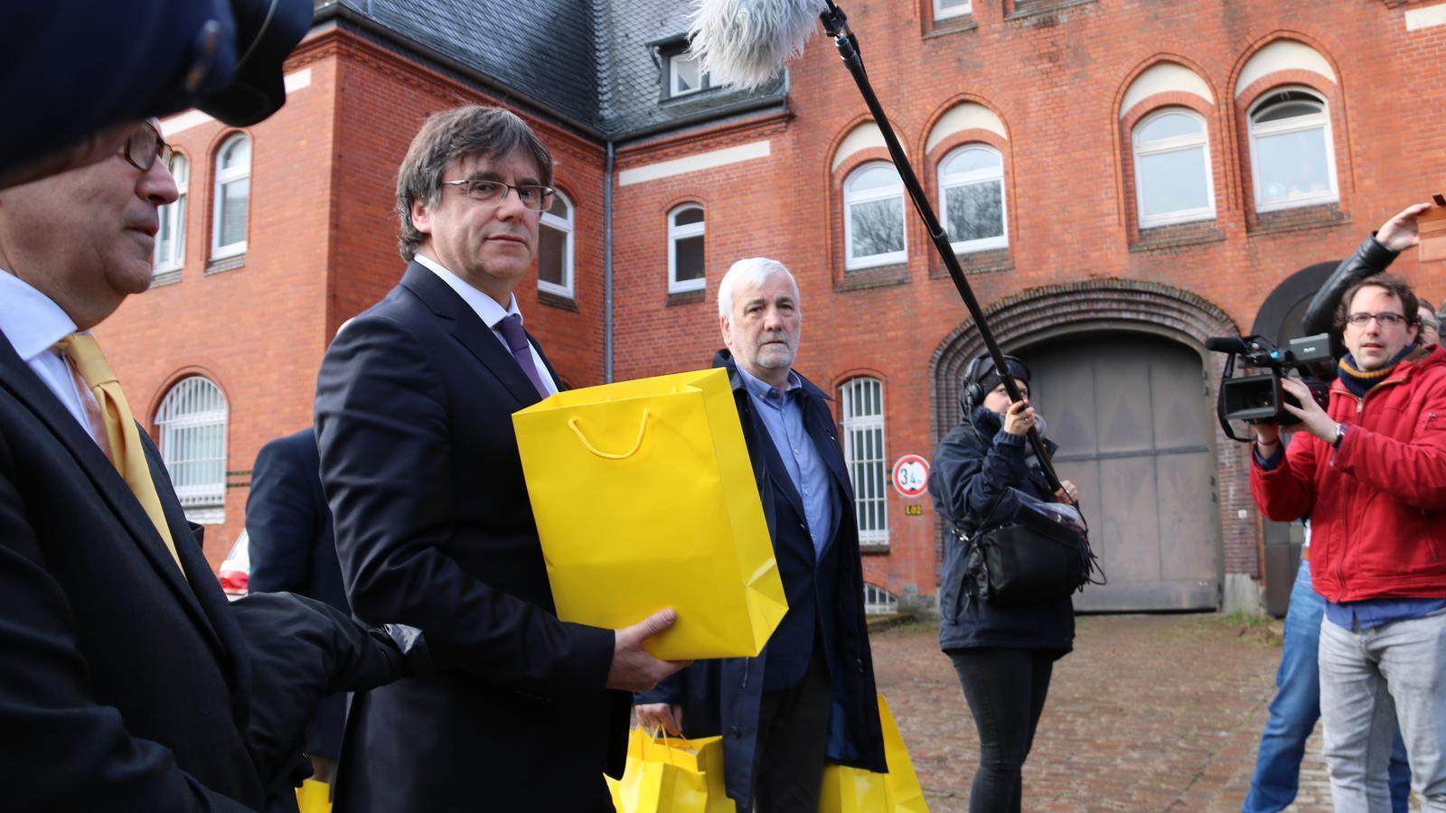 Carles Puigdemont abans d'entrar a la presó de Neumünster quan es compleix un any de la seva detenció a Alemanya