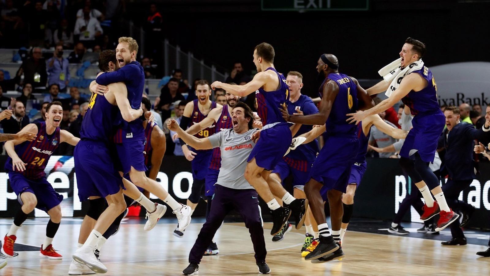 Els jugadors del Barça Lassa, celebrant la victòria a la Copa