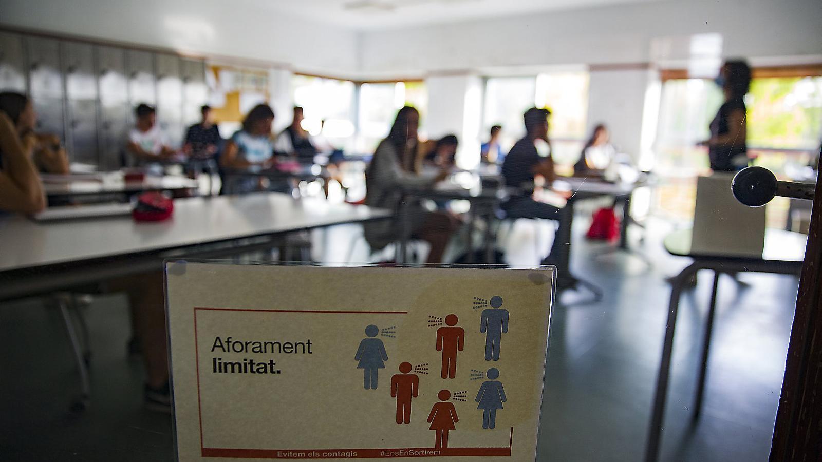 Alumnes de l'Escola Garbí a Esplugues de Llobregat fent classe amb les restriccions de distància durant la pandèmia.