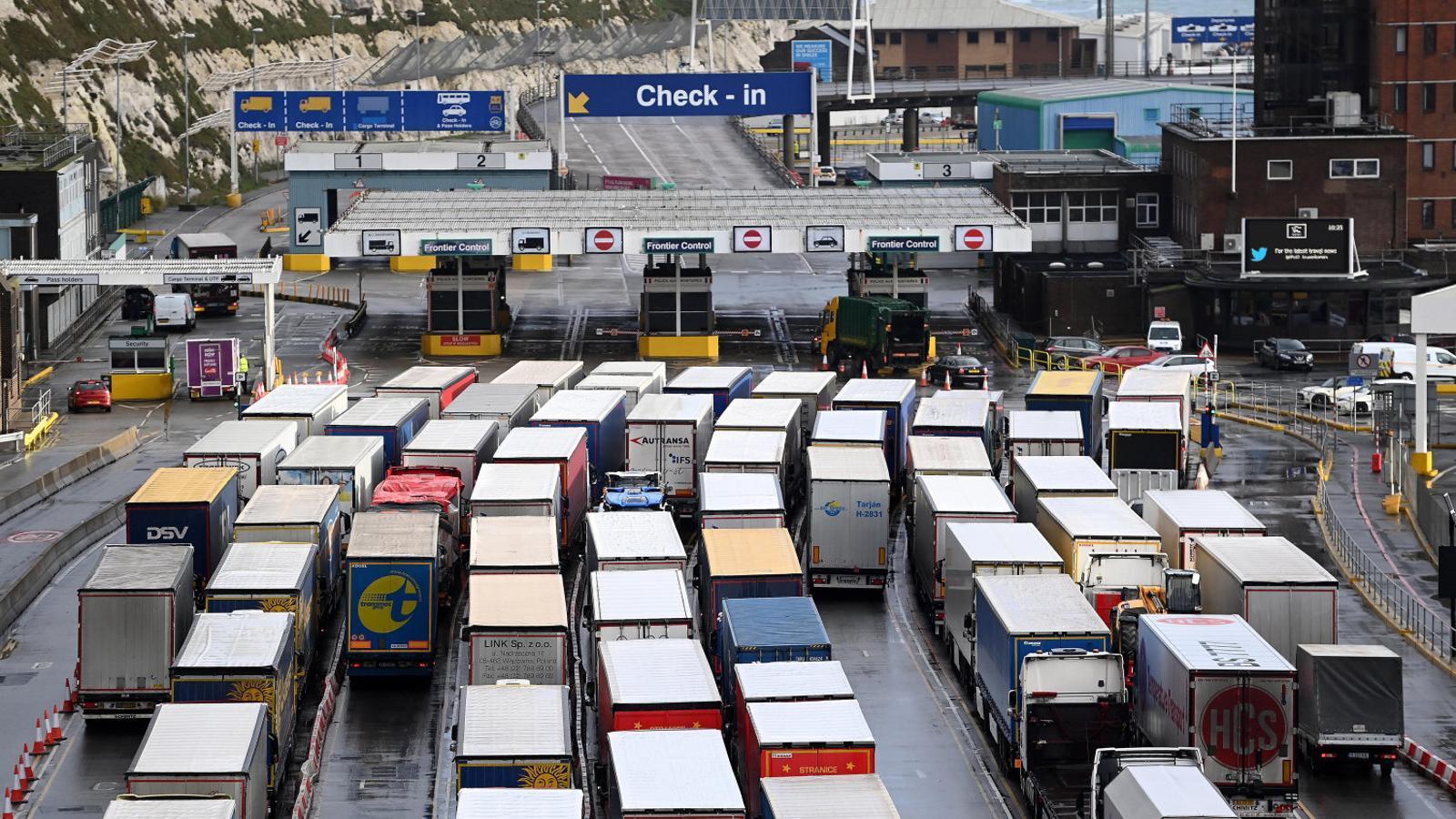 Cues de camions per agafar un transbordador al port britànic de Dover.