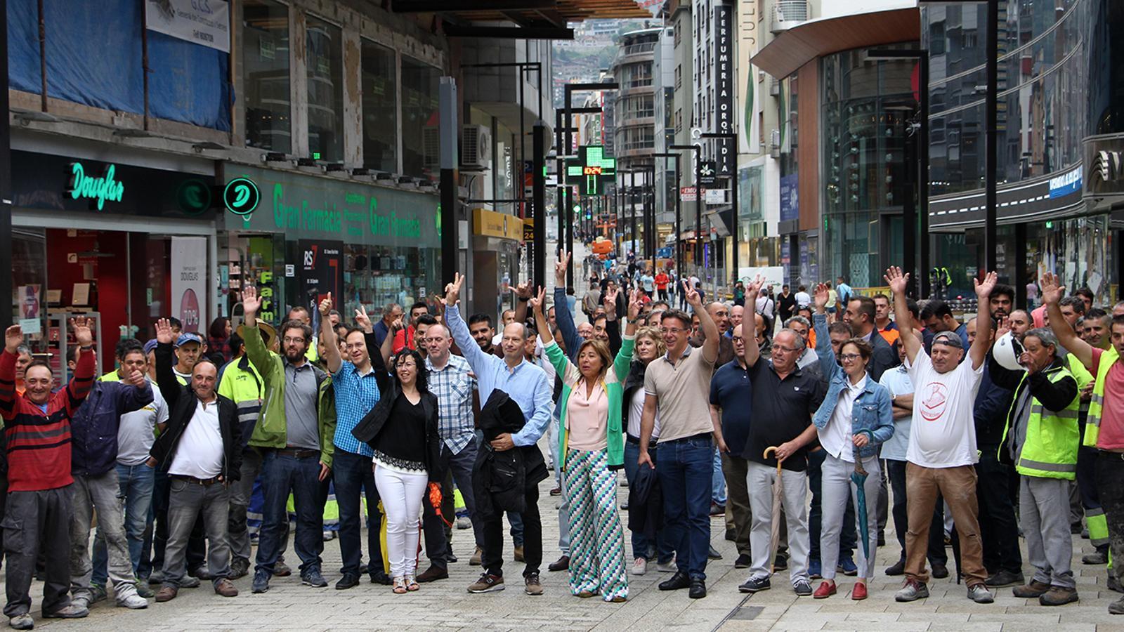 La cònsol major i la major part dels treballadors implicats en les obres de l'avinguda./ M.M. (ANA)