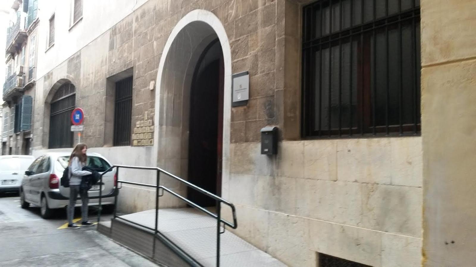L'edifici propietat de Cort, del qual en té cedit l'ús la Conselleria de Salut, es troba al carrer de la Rosa.