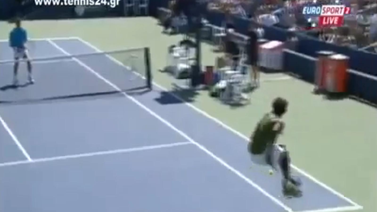 Gest tècnic increïble del tenista francès Gael Monfils en el partit del US Open contra Juan Carlos Ferrero. El partit el va guanyar el valencià en cinc sets (7-6, 5-7, 6-7, 6-4 i 6-4)