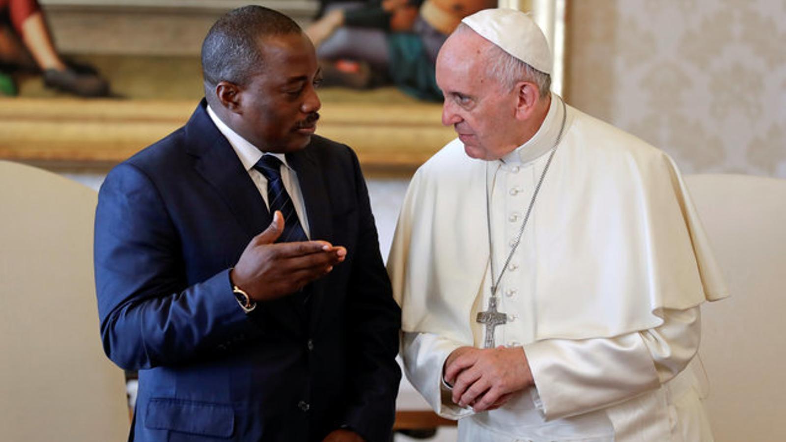 El president congolès, Joseph Kabila, denunciat per abusos democràtics, xerra amb el papa Francesc que l'ha rebut aquest dilluns al Vaticà. / ANDREW MEDICHINI / REUTERS
