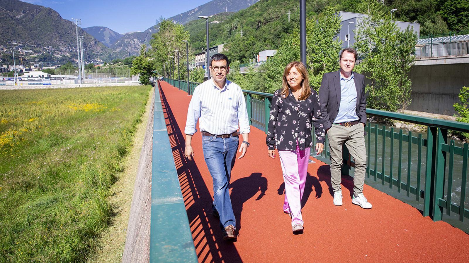 Miquel Canturri, Conxita Marsol i Josep Antoni Cortés estrenant el nou paviment. / COMÚ D'ANDORRA LA VELLA