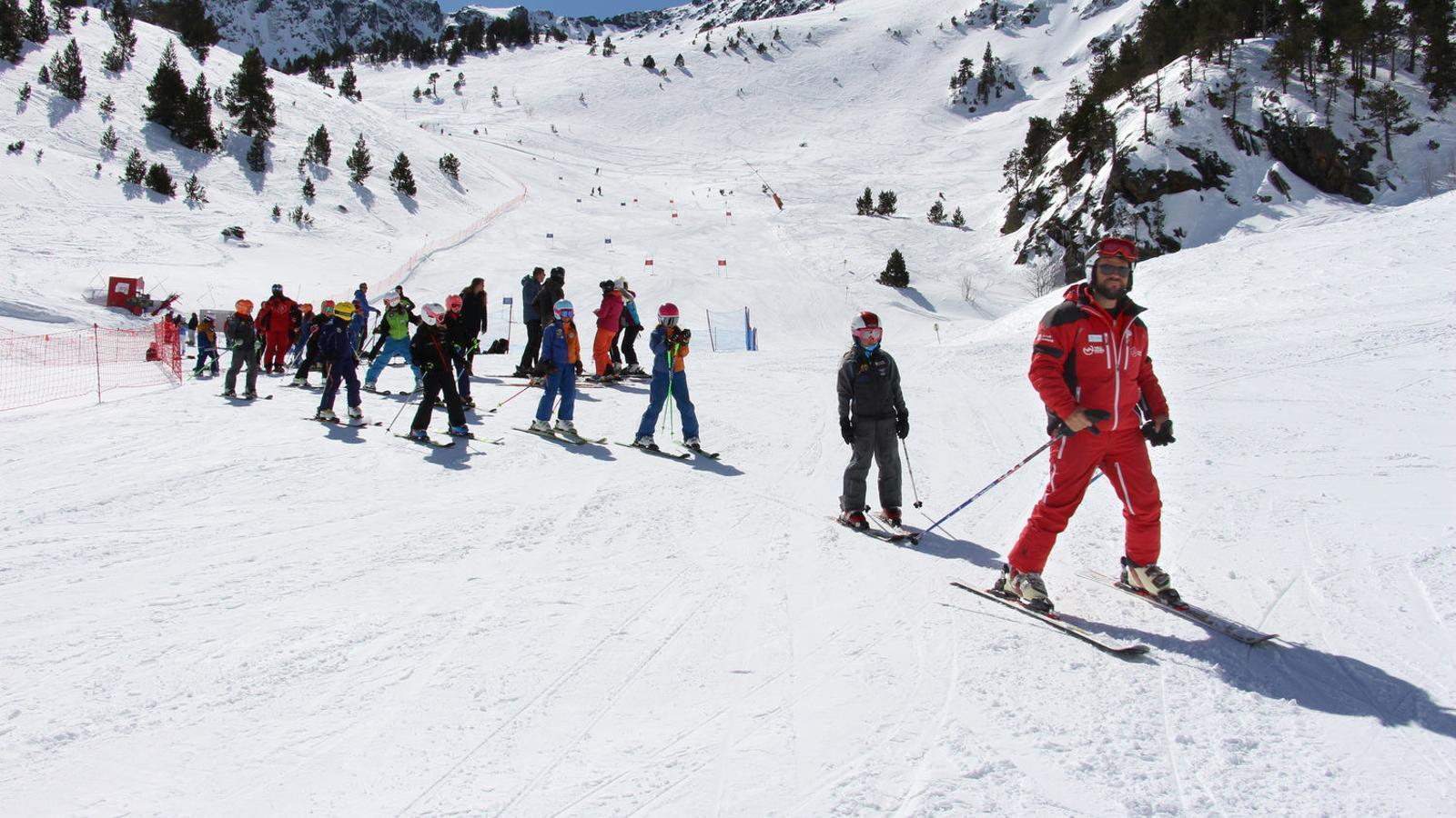 Un monitor d'esquí durant una classe. / Arxiu ARA