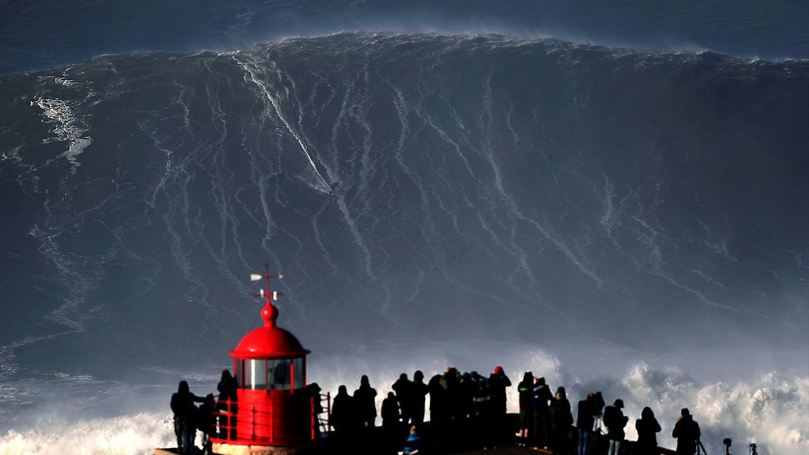 El surfer alemany Sebastian Steudtner el gener passat sobre una onada gegant a Nazaré
