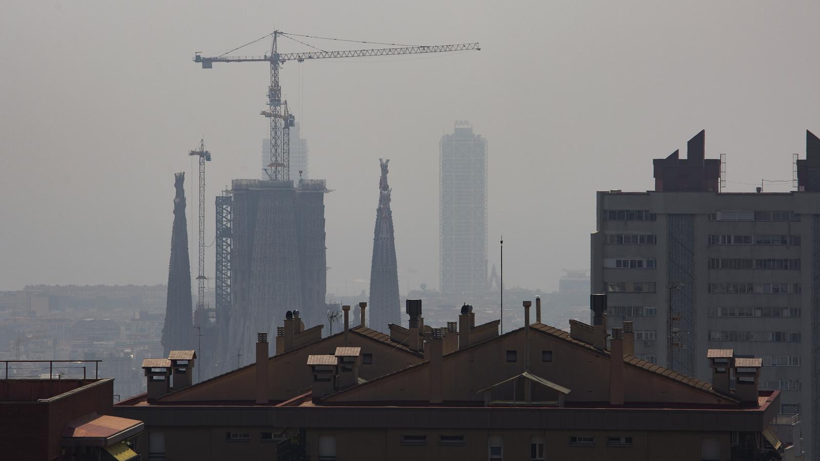 Barcelona aquest dilluns enmig de la 'boira' de contaminació per partícules en suspensió