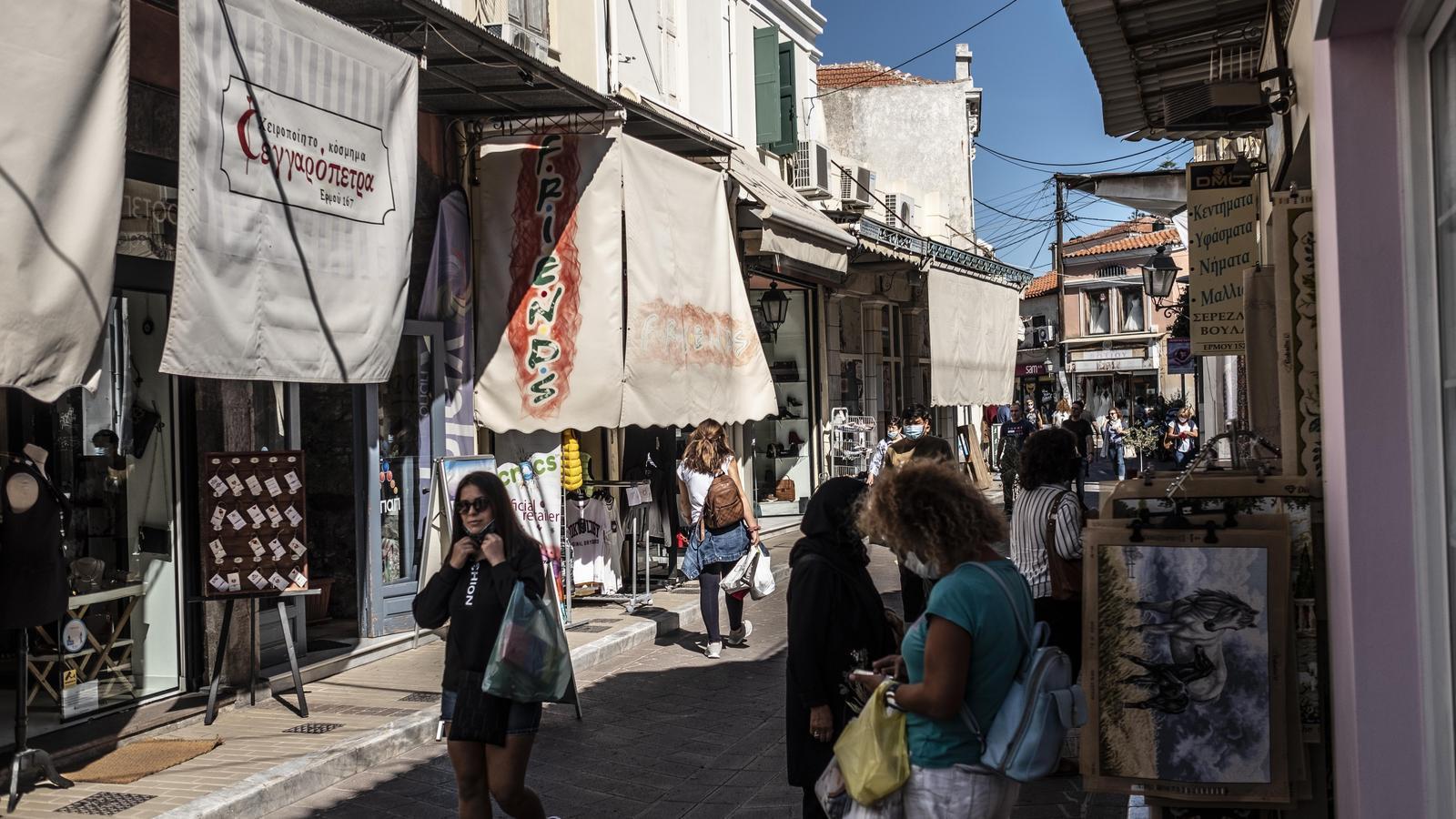 Un dels carrers comercials del centre de Mitilene, dissabte al matí