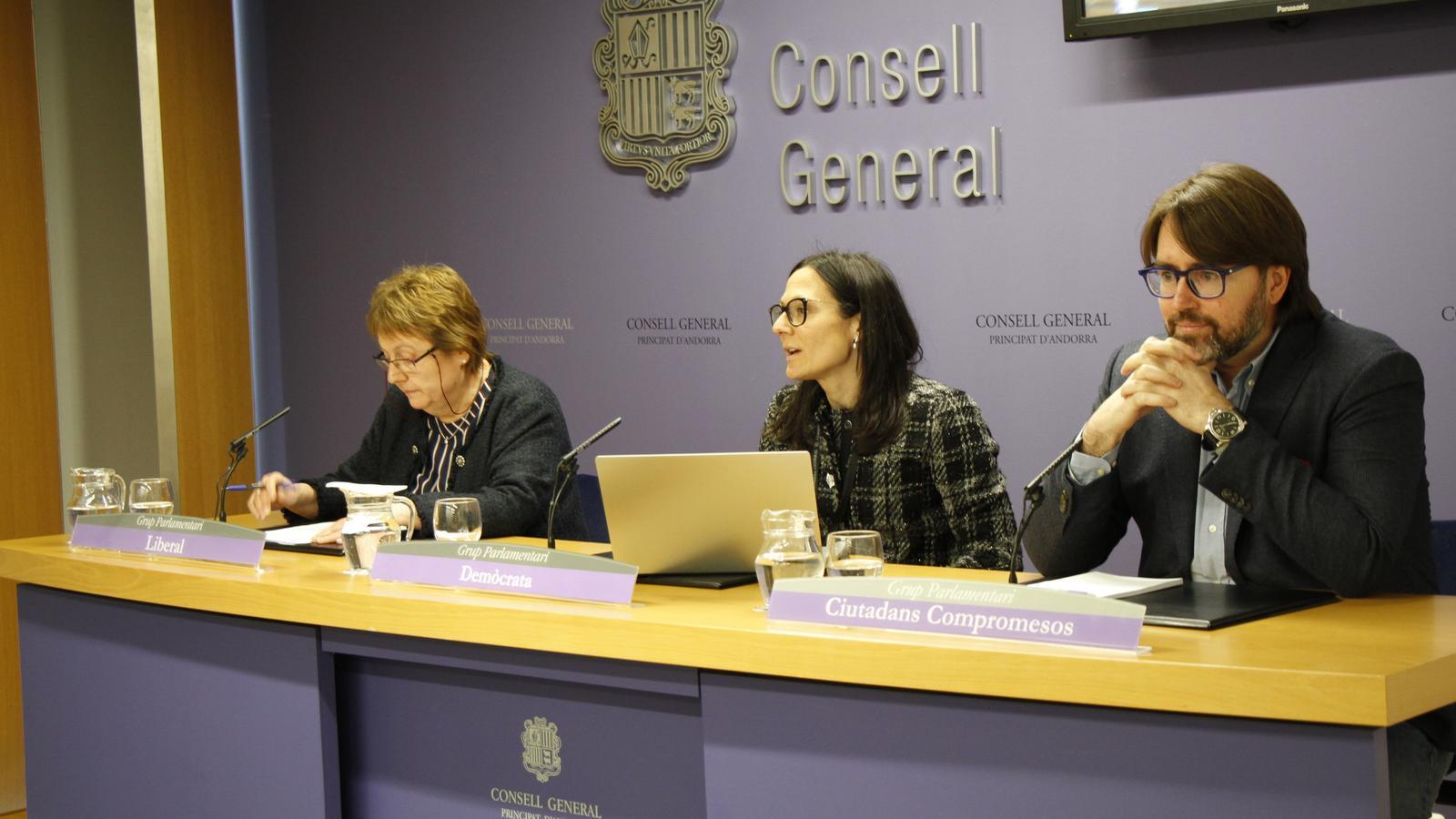 Roda de premsa de presentació de la modificació de llei amb les conselleres generals Sílvia Ferrer i Ester Molné i el president del grup parlamentari de Ciutadans Compromesos, Carles Naudi. / C. A.