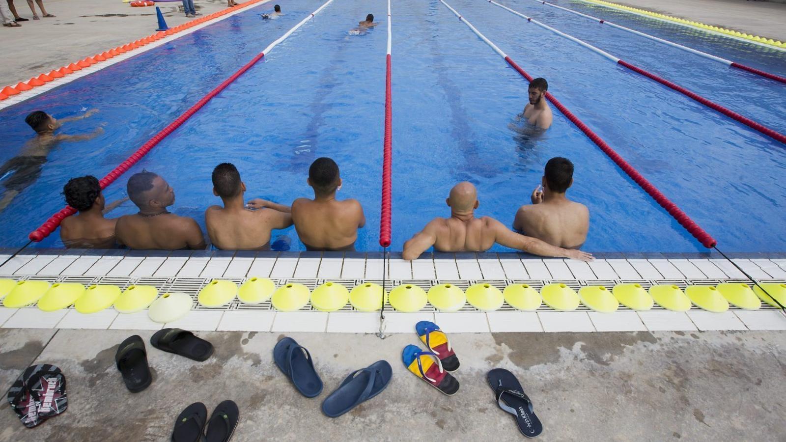 Reclusos de Brians 2, a Sant Esteve Sesrovires, durant una activitat a la piscina del centre penitenciari la setmana passada.