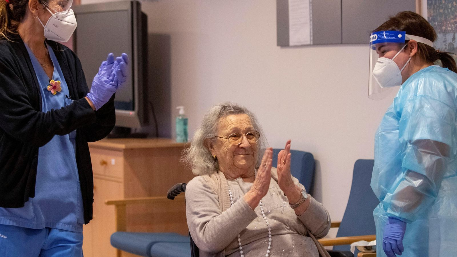 Imatge de la primera persona vacunada contra el covid-19 a les Balears.