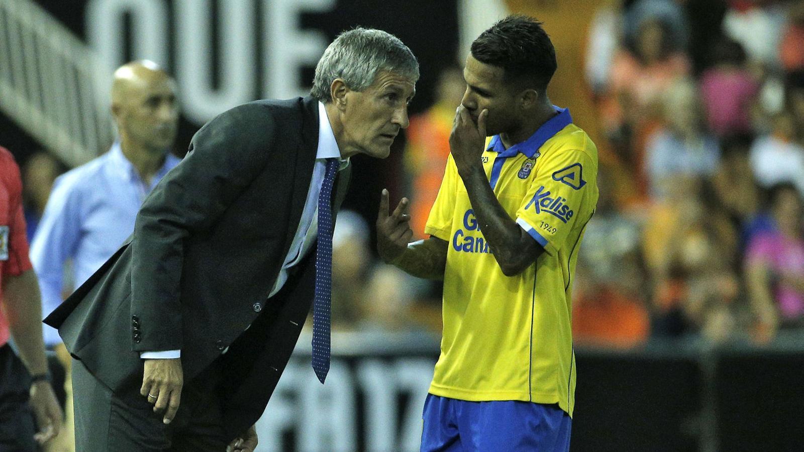 Quique Setién, entrenador del Las Palmas, donant instruccions a Jonathan Viera durant el partit contra el València.