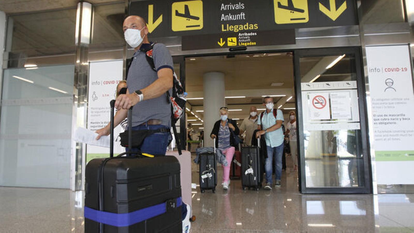 Turistes arribant a l'aeroport de Son Sant Joan.