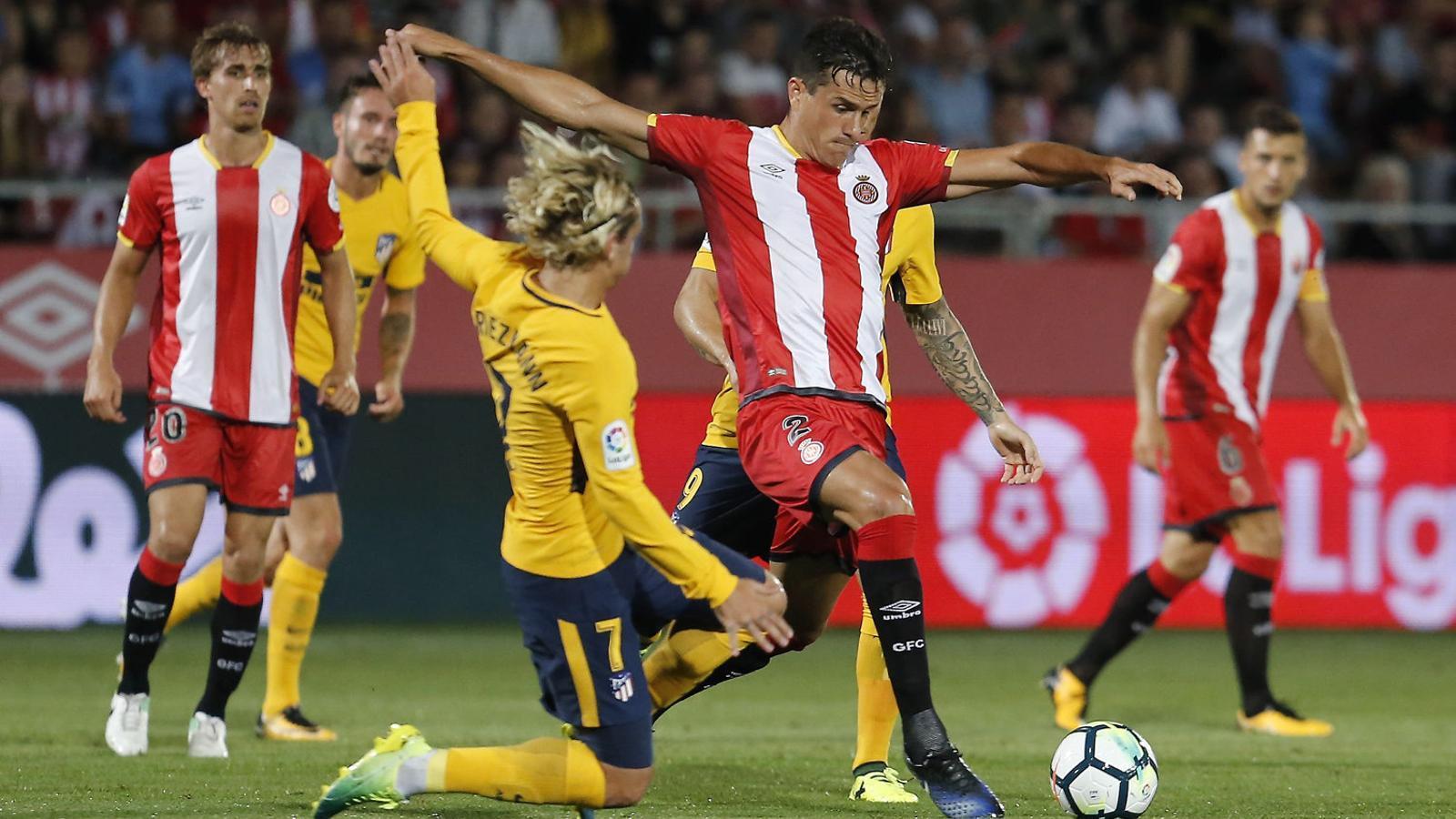 Bernardo lluitant amb Griezmann, que va ser expulsat per primer cop a la seva carrera.