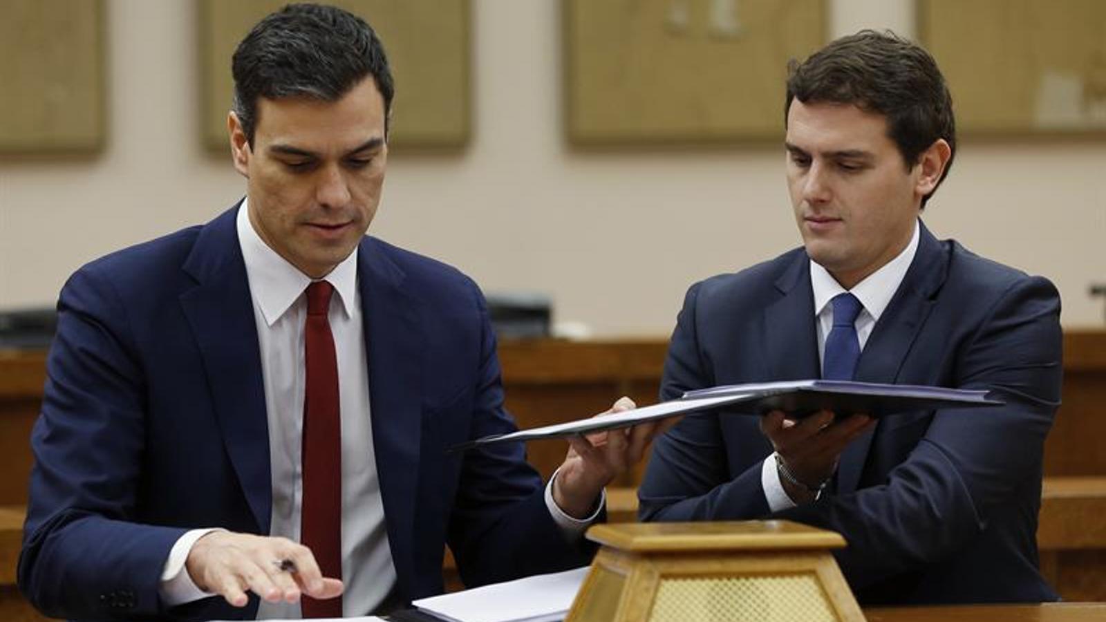 Pedro Sánchez i Albert Rivera en el moment de firmar un acord per a un govern reformista i de progrés