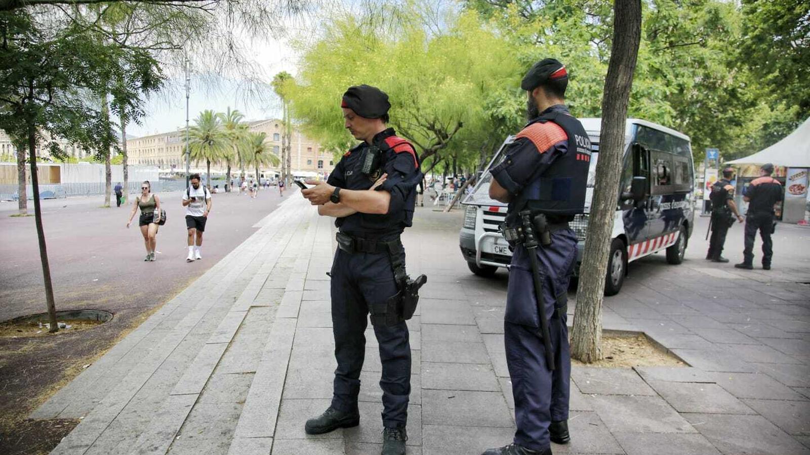 Agents dels Mossos d'Esquadra al passeig Joan de Borbó/ CRISTINA CALDERER