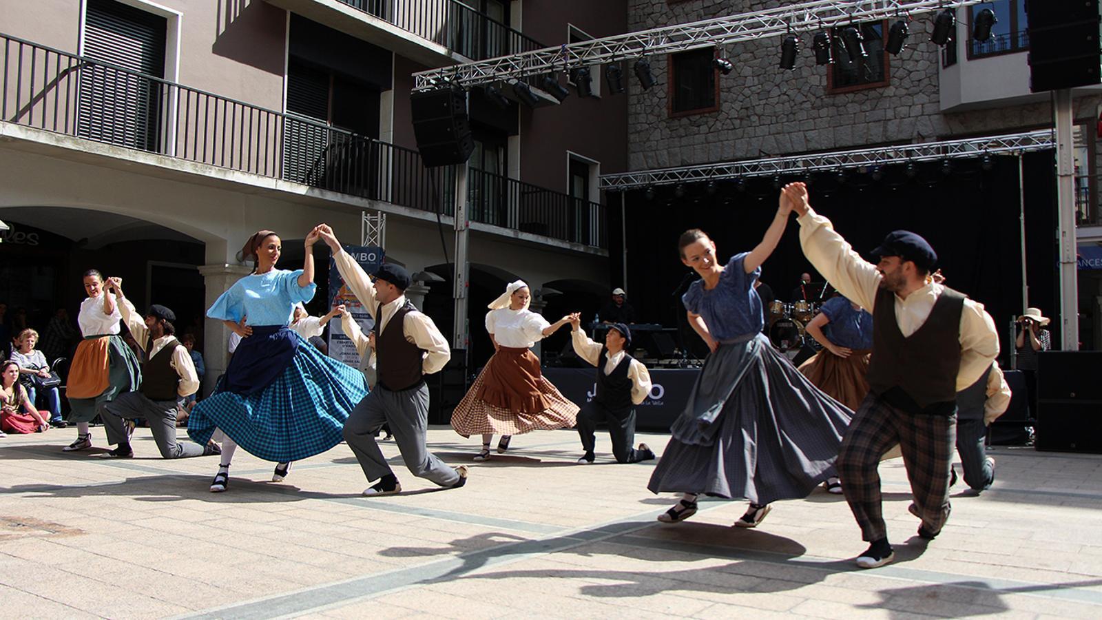 Les actuacions dels esbarts dansaires del país en el marc del Jambo Street Music. / M. M. (ANA)