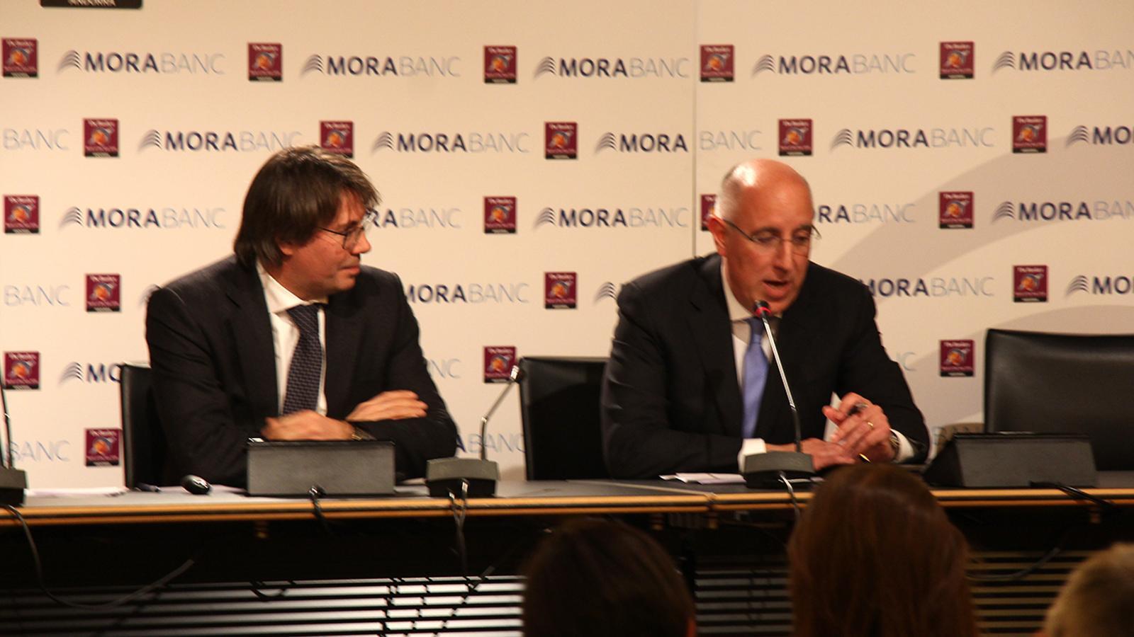 El conferenciant Ángel María Ceniceros i el president de l'Associació d'Assessors Tributaris i Fiscals, Joan Oliver. / B. N.