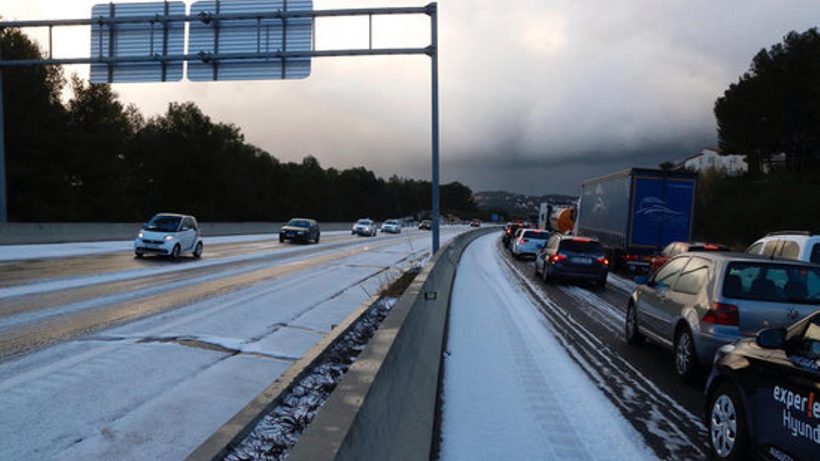 La calamarsa i la neu causa llargues cues a les carreteres